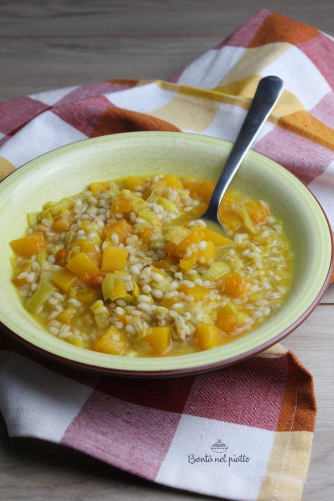 Zuppa di orzo con zucca e porri