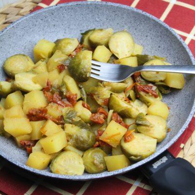 Cavolini di Bruxelles con patate e pomodori secchi