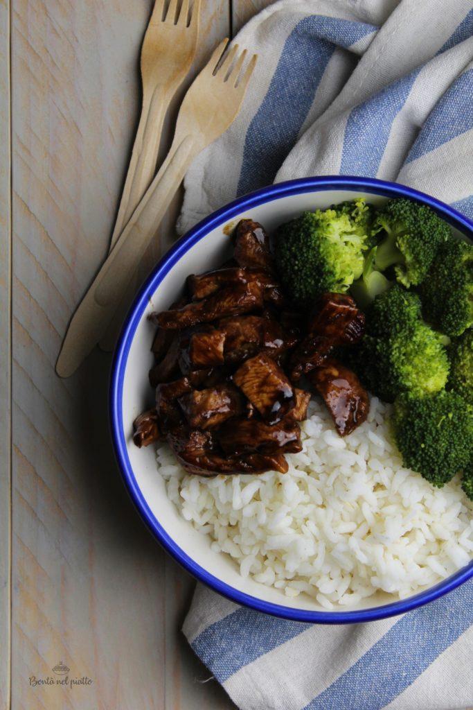 Bowl con riso, broccoli e pollo