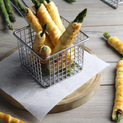 Asparagi avvolti nel prosciutto crudo e nella pasta sfoglia