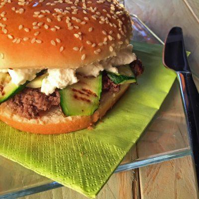 Hamburger con zucchine grigliate e caprino