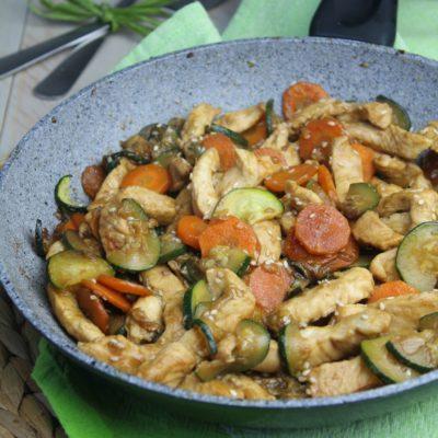 Straccetti di pollo alla soia con zucchine e carote
