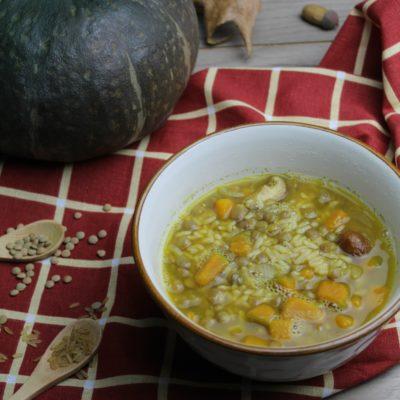 Zuppa di riso integrale con zucca, lenticchie e funghi