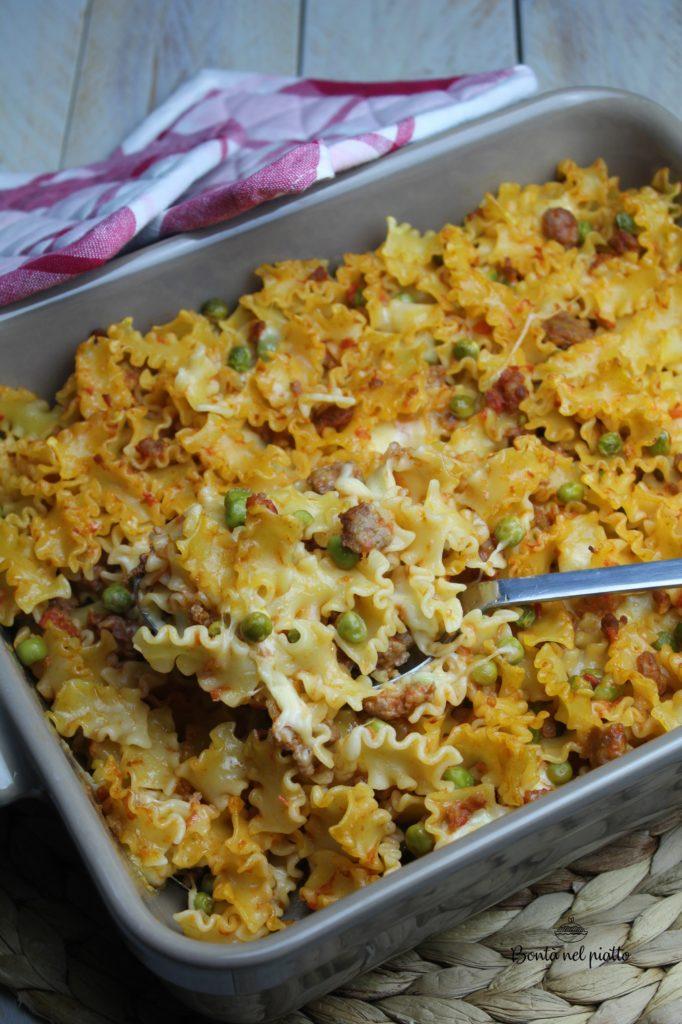 Pasta al forno con ragù di salsiccia e piselli