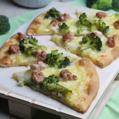 Pizza ai cereali con broccoli e salsiccia