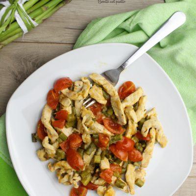 Pollo con asparagi e pomodorini